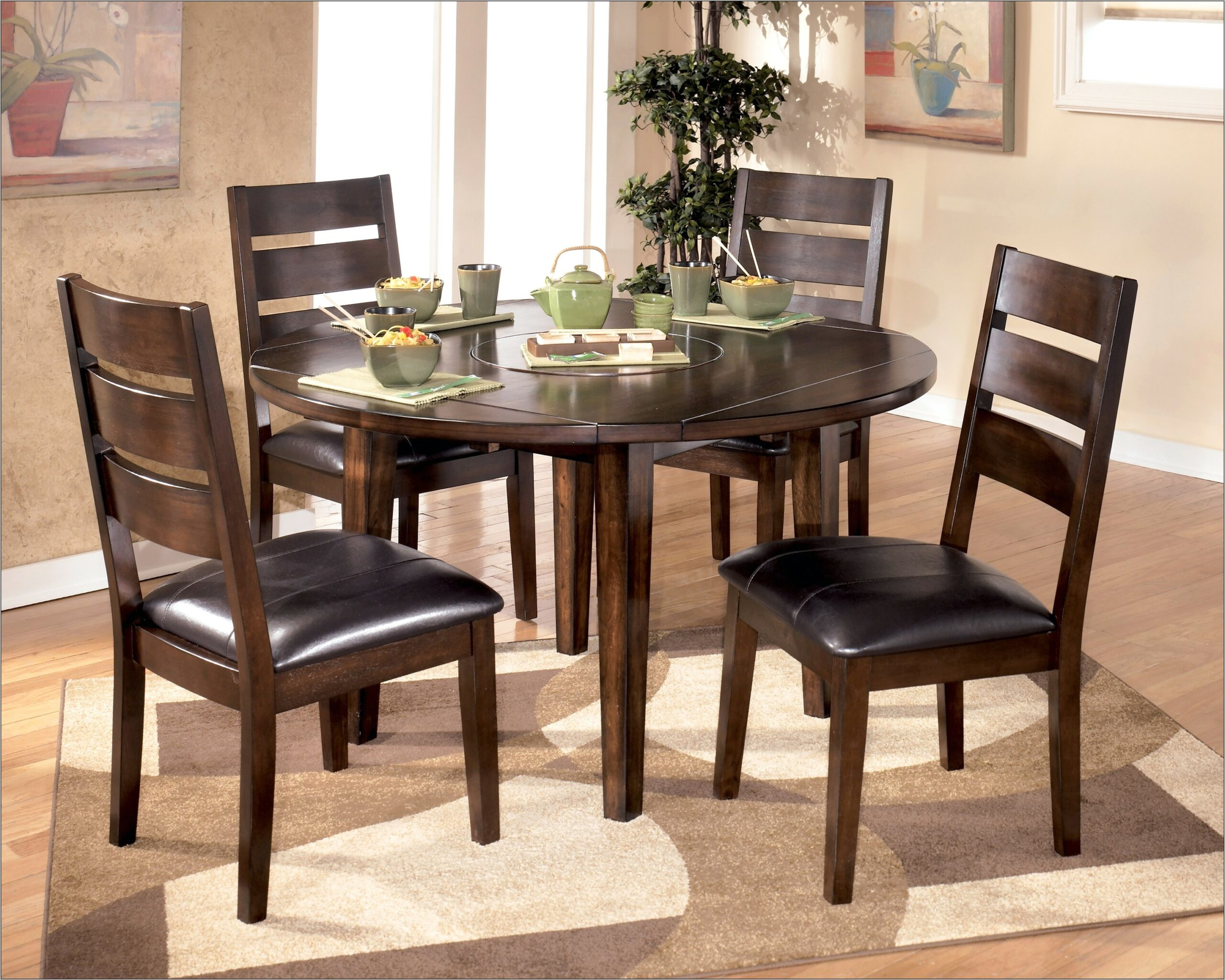 Decorating Small Dining Room With Round Table