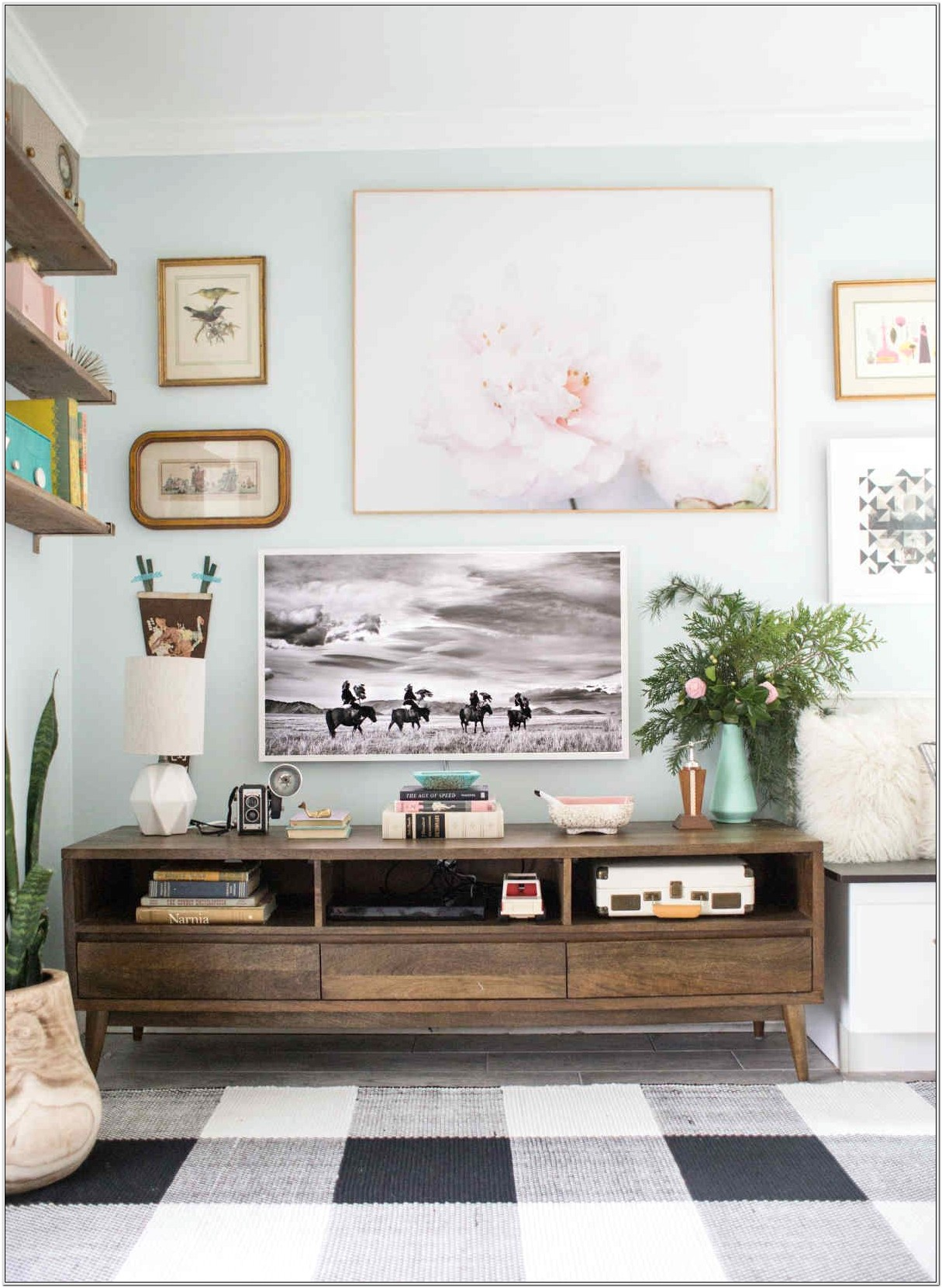 Modern Living Room Decoration With Photo Frames
